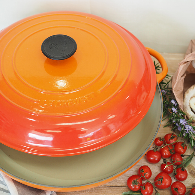 http://kitchentotable.com.au/wp-content/uploads/2016/06/Le-Creuset-Shallow-Casserole-Volcanic-top-view.jpg